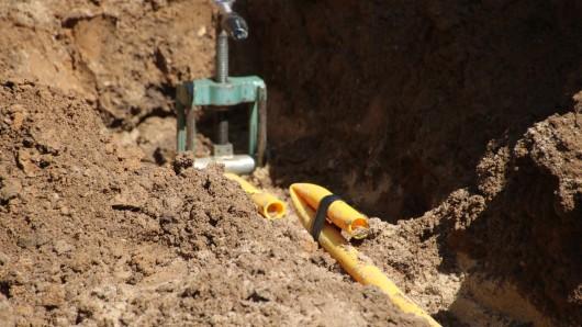 Wegen Arbeiten an der Wasser- und Gasversorgung wird eine Fahrbahn ab Montag gesperrt (Symbolbild).