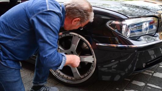 Ein Polizeibeamter kontrolliert den 7er BMW eines mutmaßlichen Autoposers (Symbolbild). Bei den Kontrollen rund um das Ilseder Hüttengelände erwischten die Beamten zahlreiche Tuning-Sünder.