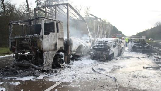 Die Fahrzeugwracks, nachdem die Feuerwehr die Flammen gelöscht hatte.