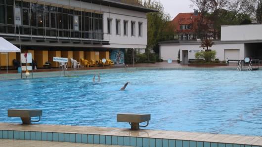 Zwei einsame Schwimmer ziehen trotz des Wetters ihre Bahnen im Freibad Bürgerpark. Wegen des schlechten Wetters war es eine enttäuschende Saison für die Freibäder in Braunschweig (Archivbild).
