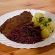 Eine Portion Rotkohl liegt auf einem Teller neben einem Schnitzel und Kartoffeln (Symbolbild).