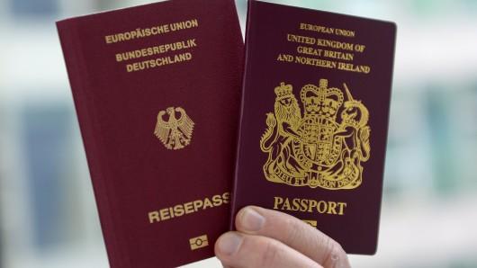 Ein britischer und ein deutscher Reisepass.