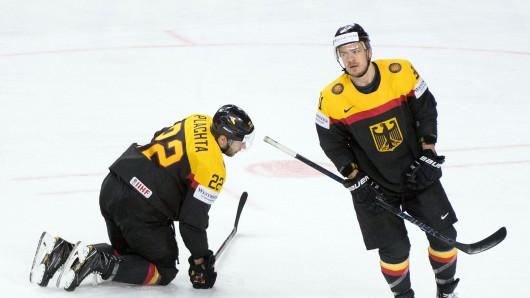 Deutschlands Matthias Platcha (l) und Moritz Müller reagieren nach dem Gegentreffer zum 0:5.