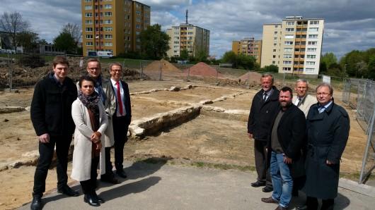 Wollen einen Ort des Erinnerns schaffen: Vertreter der Stadt Wolfsburg sowie des Bauträgers der Neuland Gruppe.