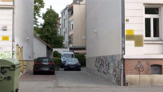 Polizeifahrzeuge bei einer Razzia in einer Hauseinfahrt in Leipzig. Die Bundesanwaltschaft hat am Mittwochmorgen mehrere Wohnungen in Bayern, Berlin, Sachsen undSachsen-Anhalt durchsuchen lassen.