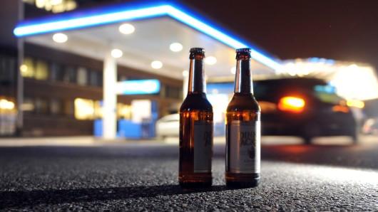 Betrunkene haben an einer Tankstelle in Wolfsburg zwei Polizeibeamte so attackiert, dass die Mitarbeiter der Station einschreiten mussten (Symbolbild).