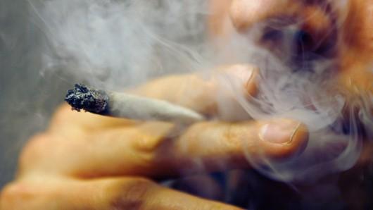 700 Gramm Marihuana sowie Geld aus mutmaßlichen Dealergeschäften hat die Polizei bei einem 21-Jährigen aus dem Landkreis Peine sichergestellt (Symbolbild).