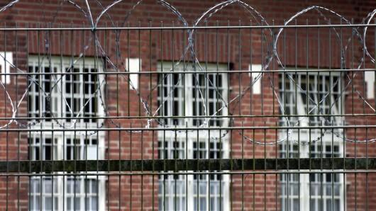 Ein Zaun vor dem Gebäude einer geschlossenen Psychiatrie (Symbolbild).