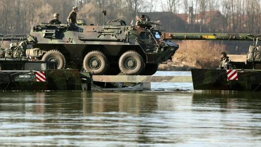 Unbekannte haben einen Fuchs-Panzer der Bundeswehr geknackt und aus dem Inneren mehrere Waffen erbeutet (Symbolfoto).