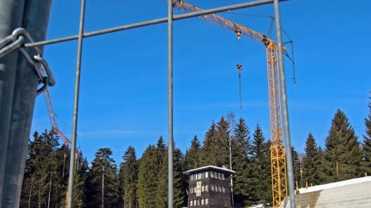 Blick durch einen Bauzaun auf die Baustelle für die Schierker Feuerstein Arena in Schierke: Kann hier eine Seilbahn entstehen?