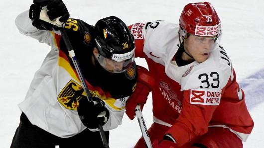 Der Däne Julian Jakobsen (r) und Deutschlands Yannic Seidenberg kämpfen um den Puck.