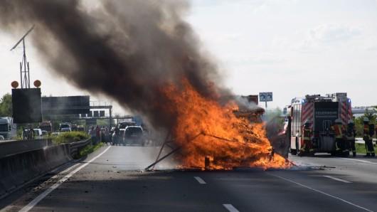 Der Transporer samt Ladung brannte vollkommen aus. Dabei wurde die Fahrbahn der Autobahn beschädigt.