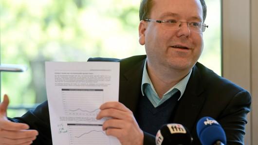Niedersachsens Landwirtschaftsminister Christian Meyer (Bündnis90/Die Grünen) spricht am 11. Mai 2017 während einer Pressekonferenz über ein Gesetz zur Sicherung der bäuerlichen Agrarstruktur in Hannover (Niedersachsen) vor Medienvertretern.