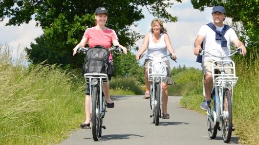 Radfahrer genießen das gute Wetter bei einer Tour (Archivbild).
