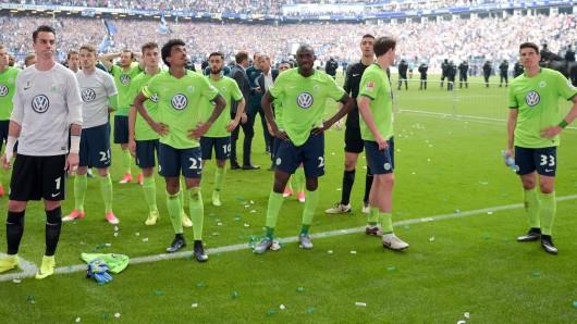 Die VfL-Spieler nach dem Abpfiff in der Fan-Kurve: Dort schwankte die Stimmung zwischen blankem Entsetzen, Wut - und Hoffnung, dass die Wölfe in der Relegation den Klassenerhalt doch noch schaffen werden.