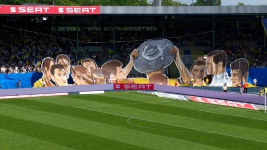 Die Meister-Choreographie vor dem Spiel gegen den KSC ehrt die Eintracht-Helden von 1967.