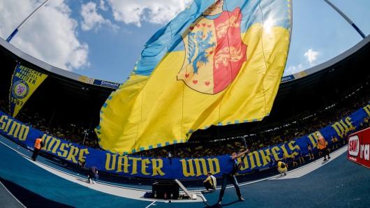 Tolle Fan-Choreographie vor dem Anpfiff: Vor 50 Jahren hat die Eintracht ihren bisher einzigen Titel als Deutscher Meister gewonnen - an diese große Zeit erinnerte der Verein.