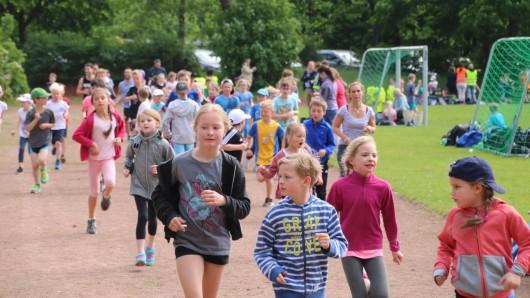 Die großen und kleinen Läufer sammeln Runden für den guten Zweck
