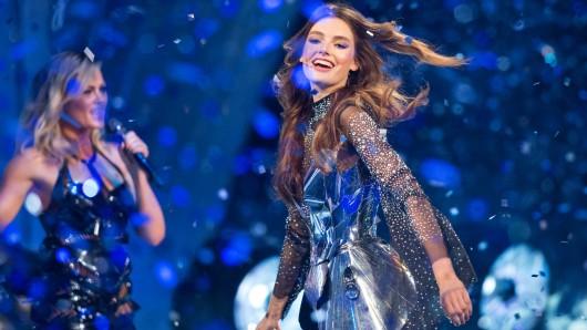 Die Gewinnerin von Germany's Next Topmodel, Celine Bethmann, tanzt beim Finale der zwölften Staffel von Germany's Next Topmodel  am 25. Mai in der König-Pilsener-Arena in Oberhausen während einer Showeinlage von Helene Fischer (L) über den Laufsteg.