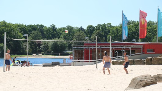 Nur etwas für die ganz Harten: Beachvolleyball am Allersee. In Wolfsburg wurden heute 37 Grad gemessen. (Archivbild)