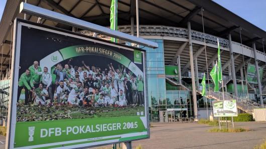 An der Volkswagen-Arena erinnert der VfL an seinen bislang letzten großen Erfolg: Den DFB-Pokalsieg 2015. Diesmal hat's gerade so mit dem Klassenerhalt geklappt - und das begießt der Verein nun mit seinen Fans bei Freibier und Bratwürsten.