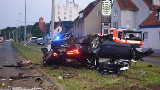 Das Auto ist gegen einen Pfeiler der Straßenbahn geprallt.