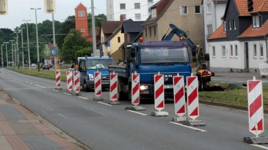 Nach dem Unfall auf der Berliner Straße ist die Straße noch auf eine Fahrbahn verengt.