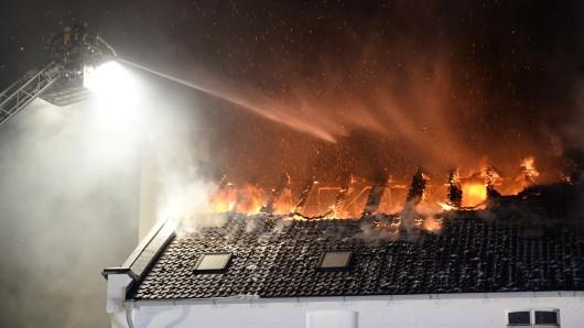 Das Haus des Rentners ist nachdem Überfall und der Brandstiftung durch die Täter vorerst nicht mehr bewohnbar (Symbolbild).