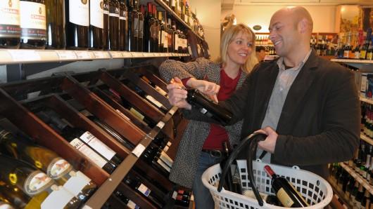 Durch die Wucht des Aufpralls auf die Außenmauer gingen im Laden-Inneren etliche Weinflaschen zu Bruch (Symbolbild).