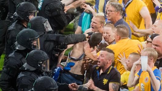Nach dem Abpfiff des Relegationsspiels zwischen Eintracht Braunschweig und dem VfL Wolfsburg (0:1) haben wütende Eintracht-Fans den Platz gestürmt; sie mussten von der Polizei davon abgehalten werden, auf die VfL-Spieler loszugehen.