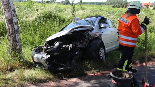 Bei einem Unfall auf der B248 zwischen Beinum und Lobmachtersen sind zwei Pkw völlig zerstört worden.