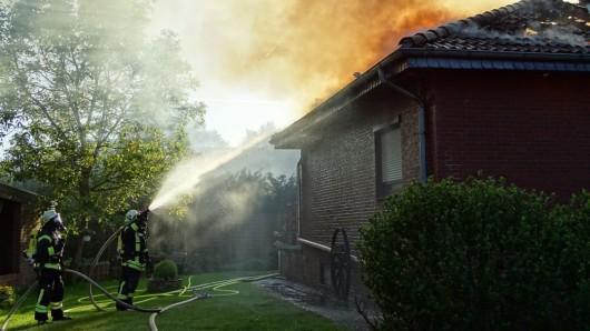 Trotz des schnellen Eingreifens der Feuerwehren aus der Samtgemeinde Boldecker Land wurde das Wohnhaus durch den Brand schwer beschädigt.