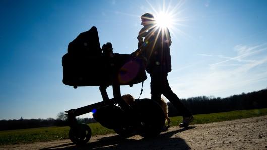 Ein Kinderwagen im Schatten (Symbolbild)