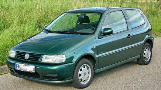 Die Polizei sucht nach der Fahrerin eines solchen älteren grünen VW Polo des Typs 6N.