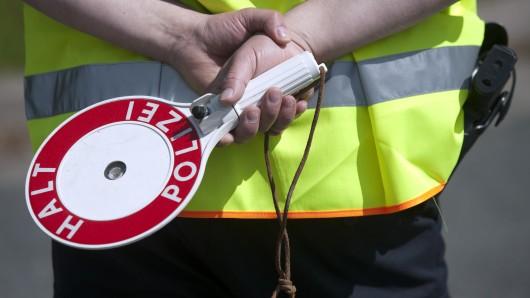 Als er die Kelle der Polizei sah, dürfte der 48-Jährige Rotlichtsünder geahnt haben: Jetzt wird's ungemütlich (Symbolbild).