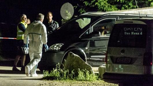Polizisten stehen am 3. Juni 2017 auf dem Gelände einer Asylunterkunft nahe Arnschwang (Bayern). Bei einem dramatischen Zwischenfall in einem Asylbewerberheim hat es am Samstag zwei Tote gegeben. Ein 41 Jahre alter Mann aus Afghanistan brachte einen fünfjährigen Jungen aus Russland in seine Gewalt und verletzte ihn tödlich. Die herbeigerufenen Beamten schossen auf den Afghanen und trafen ihn tödlich.