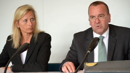 Maren Brandenburger, Präsidentin des Verfassungsschutzes in Niedersachsen, und der niedersächsische Innenminister Boris Pistorius (SPD). (Archivbild)