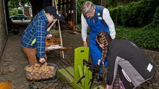 Damit kann man Kartoffeln wiegen? Zum Saisonauftakt in der Historischen Brauscheune können dies die Kinder während des Aktionstags ausprobieren.