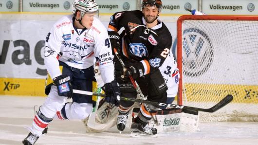 Alex Roach (l.), hier noch im Trikot der Eisbären Berlin, spielt in der kommenden Saison für die Grizzlys Wolfsburg.