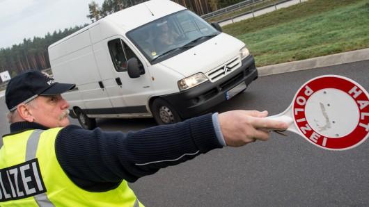 Die Polizei stoppt einen Kleintransporter (Symbolbild).