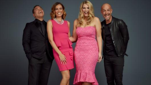 Die Juroren der zweiten Staffel Curvy Supermodel: Carlo Castro (l.), Jana Ina Zarella, Angelina Kirsch, Peyman Amin