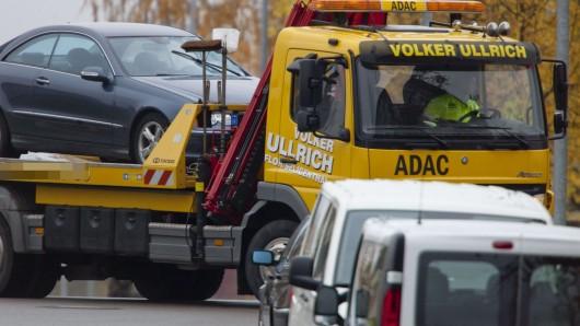 Die beiden am Unfall beteiligten Autos waren nicht mehr fahrbereit und mussten abgeschleppt werden (Symbolbild).