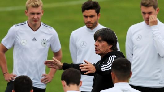 Nationaltrainer Joachim Löw schwört seine Spieler beim Training auf das heutige Spiel gegen San Marino ein.