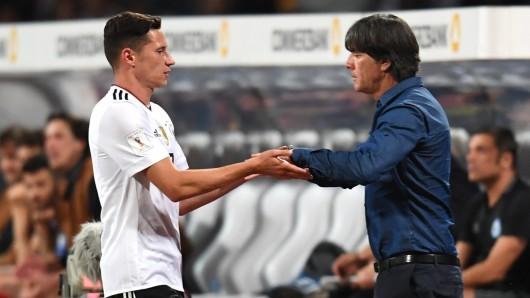 Nationalcoach Joachim Löw klatscht seinen Kapitän Julian Draxler ab. Der Ex-Wolfsburger war mit einem Treffer am 7:0-Sieg beteiligt.