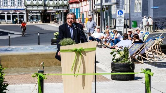 Bürgermeister Thomas Pink (CDU) gab die umgebaute Reichsstraße frei. Hinter ihm die Brunnenanlage mit den Wasserspielen.