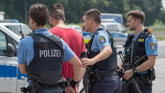 Nachdem er gleich mehrere Polizeibeamte mit dem Tod bedroht hatte, konnten die Beamten ihn überwältigen und zunächst festnehmen (Symbolbild)