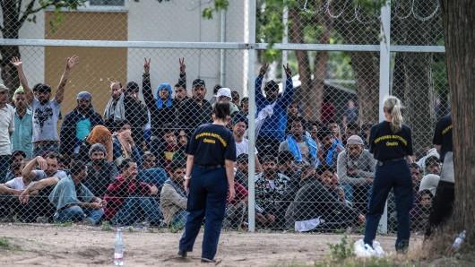 In Ungarn faktisch internierte Flüchtlinge fordern eine bessere Unterbringung und  schnellere Asylverfahren.