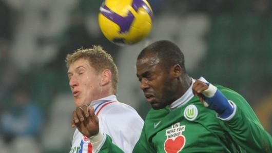 Zwischen dem VfL Wolfsburg und dem FC Hansa Rostock klafft zwar ein Klassen-Unterschied - doch in Pflichtspielen sind sie schon aufeinandergetroffen: Hier im Achtelfinale des DFB-Pokals 2009. Grafite für den VfL (r.) und der Rostocker Kevin Schindler im Zweikampf