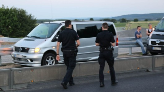 Der Fahrer dieses Kleinbusses erlitt nach Polizeiangaben einen internistischen Notfall.