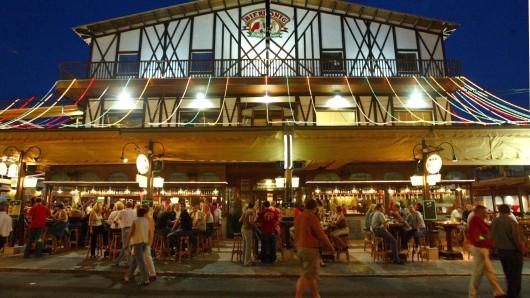 Partygäste stehen vor dem Lokal Bierkönig auf Mallorca. Bei einem Auftritt in dem Lokal war am 9. Juni 2017 von Männern im Publikum eine Reichskriegsflagge enthüllt worden, woraufhin die Veranstaltung unterbrochen wurde.
